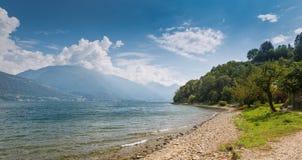 Tyst strand på sjön Como på ett soligt i September fotografering för bildbyråer