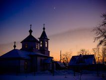Tyst vinter på nätterna i by Royaltyfri Bild