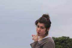 Tysta för ung kvinna fotografering för bildbyråer