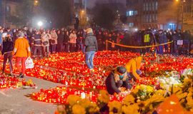 Tysta marschen i minne av offer från den Colectiv klubban Arkivbilder