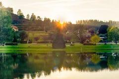 Tystnad av solnedgången över sjön Arkivbild