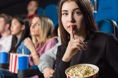 Tystnad på filmteatern Arkivfoton