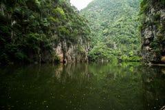 Tystnaden och den avskilda Tasiken Cermin avspeglar sjön Royaltyfria Foton