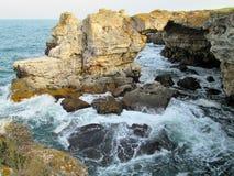 Tyulenovo är berömd för dess unika strand och grottor, ny luft och dess unika natur arkivfoton