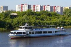 Tyumen, Россия, 16-ого июля 2018: Корабль мотора Tyumen плавает d Стоковые Изображения RF