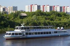 Tyumen, Россия, 16-ого июля 2018: Корабль мотора Tyumen плавает d Стоковое Фото