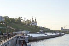 Tyumen, Россия, 16-ого июля 2018: Прогулка людей на обваловке Стоковое Изображение RF