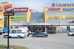 Tyumen, Россия, 8-ого мая 2019: Опорожнение людей от торгового центра стоковые фото