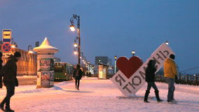Tyumen, Россия - 4-ое ноября 2016: Люди фотографируют на месте города интереса - влюбленности Tyumen I акции видеоматериалы