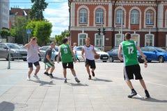 Tyumen. Basketkonkurrens Arkivfoton