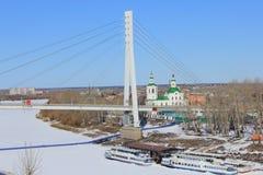 Tyumen Brücke von Liebhabern Tura-Fluss stockbilder