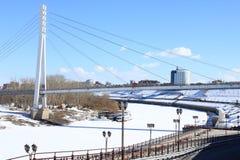 Tyumen Bron av vänner över Tura River Centralt område av Tyumen Fotografering för Bildbyråer