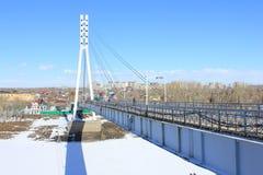Tyumen Bron av vänner över Tura River Centralt område av Tyumen Royaltyfri Bild