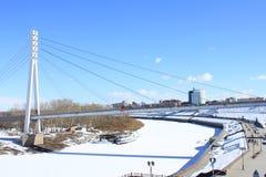 Tyumen Die Brücke von Liebhabern über Tura River Zentraler Bezirk von Tyumen lizenzfreies stockfoto