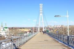 Tyumen Die Brücke von Liebhabern über Tura River Zentraler Bezirk von Tyumen stockbild