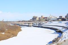 Tyumen A ponte de Chelyuskintzev através de Tura River Tura Riverside Distrito central de Tyumen fotos de stock