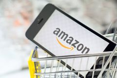 Tyumen, Rússia - 12 de fevereiro de 2019: loja em linha de compra em linha do logotipo da empresa das Amazonas foto de stock