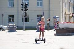 Tyumen, Rússia, o 15 de julho de 2018: a menina do russo monta giros Foto de Stock