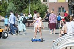 Tyumen, Rússia, o 15 de julho de 2018: a menina do russo monta giros Fotos de Stock Royalty Free
