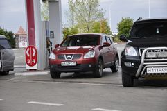 Tyumen region, Sibirien Ryssland Augusti 1, 2017 Två bilar är tankar på tanka lopp royaltyfri bild