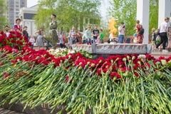 TYUMEN, ROSJA - 09 MAJ, 2019: Pomnikowy Rozpaczaj?cy macierzystego i m?odego wojownika wieczny p?omie? obrazy stock