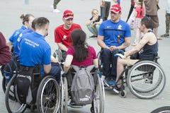 Tyumen, Rosja, na Maju 9, 2019: Niepełnosprawni wózków inwalidzkich invalids komunikują z each inny zdjęcia stock