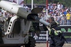 Tyumen, Rusia 29 de junio de 2019: juegos totalmente rusos del ejército Limpieza de minas automotora soviética del lanzacohetes U fotografía de archivo libre de regalías