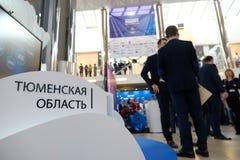 Tyumen, Rusia, 10 10 2018 Foro de tecnolog?as innovadoras Cient?ficos, pol?ticos y hombres de negocios de la comunicaci?n fotos de archivo