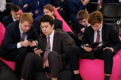 Tyumen, Rusland, 10 11 2018 Forum van innovatieve technologie?n Communicatie wetenschappers, politici en zakenlieden Leerlingen e stock foto's