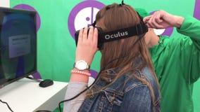 Tyumen, Russie - juillet 2016 : Un VR-casque d'usage de jeune femme banque de vidéos