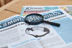 Tyumen, Russie, le 7 avril 2019 : La vie toujours : Journaux et loupe russes images stock