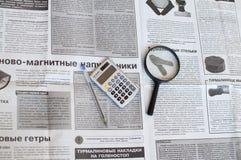 Tyumen, Russie, le 7 avril 2019 : La vie toujours : Journaux et loupe russes images libres de droits