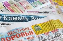 Tyumen, Russie, le 10 avril 2019 : les journaux russes avec des annonces photographie stock libre de droits
