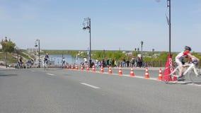 Tyumen, Russland - Mai 2016: Radrennen auf der Autobahn stock video