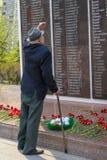TYUMEN, RUSSLAND - 9. MAI 2019: Veteran des zweiten Weltkriegs am Monument zum Gedächtnis von gefallenen Soldaten lizenzfreies stockfoto