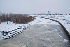 Tyumen, Russland - 5. November 2016: Gehende Boote auf Kai von Stockfoto