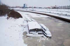 Tyumen, Russland - 5. November 2016: Gehende Boote auf Kai von Lizenzfreie Stockbilder