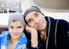 Tyumen, Russland - 5. November 2016: Großvater mit seinem Enkel Lizenzfreie Stockbilder