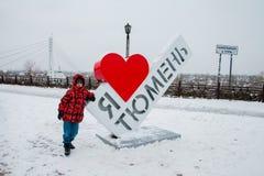 Tyumen, Russland - 5. November 2016: Junge über Kunst-Gegenstand auf Kai Lizenzfreies Stockfoto