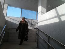 Tyumen Ryssland, 11/10/2016 den gamla kvinnan är i gångtunnelen arkivbilder