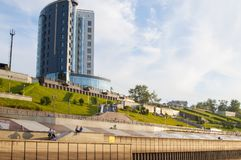 Tyumen Ryssland, på Augusti 2, 2018: Tura River Embankment i Tyum arkivfoto