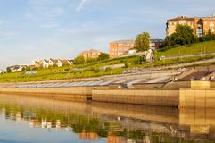 Tyumen Ryssland, på Augusti 2, 2018: Tura River Embankment i Tyum arkivbilder
