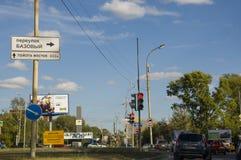 Tyumen, Siberië Rusland 1 augustus, 2017 Straten van de stad met hoge huizen en partij van auto's in de zomer traveling stock fotografie