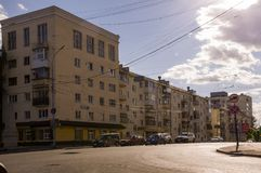 Tyumen Sibirien Ryssland Augusti 1, 2017 Gator av staden med den höga hus och lotten av bilar i sommar lopp arkivfoton