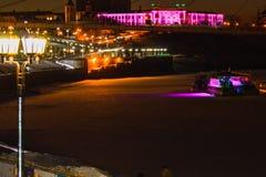 Tyumen Tura Embankment och bron av vänner Ryss Sibirien Royaltyfria Foton