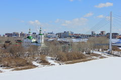 Tyumen Voznesensko-Georgievskayakirche und die Brücke von Liebhabern über Tura River Zentraler Bezirk von Tyumen lizenzfreie stockbilder