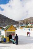 TZAHKADZOR, ARMENIË - JANUARI 3, 2014: De toeristen bij ski nemen Tzahkadzor zijn toevlucht Royalty-vrije Stock Foto