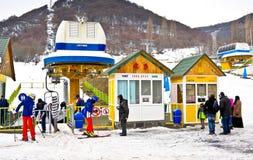 TZAHKADZOR, ARMENIË - JANUARI 3, 2014: De toeristen bij ski nemen Tzahkadzor zijn toevlucht Royalty-vrije Stock Foto's