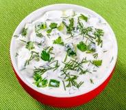 Tzatziki, cacik, ogórek lub jogurt sałatka na zielonej pielusze, Obrazy Royalty Free