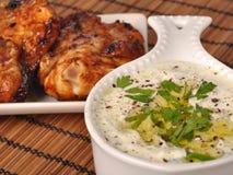 Tzatziki grego galinha grelhada Imagens de Stock